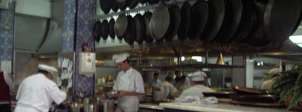 On s'affaire dans la cuisine de la Pepica à Valence