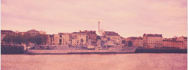 Sur la Loire, un impressionnant et anachronique navire de guerre