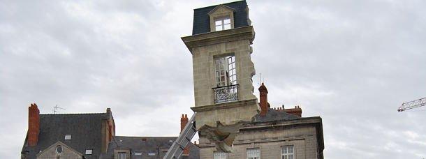 Un immeuble flotte au dessus de Nantes