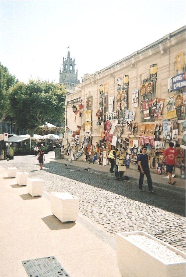 Dans les rues, les murs se couvrent d'affiches.