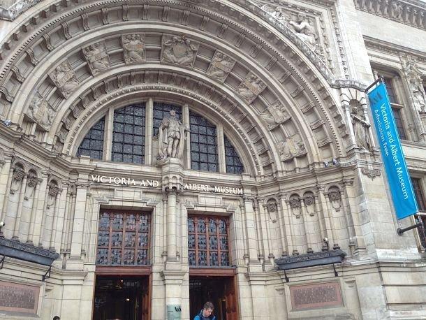 Entrée du Victoria and Albert Museum. famille enfants londres