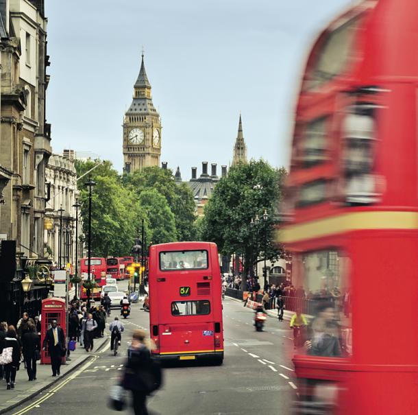 Bus rouge et Big Ben au loin ©QQ7- Shutterstock
