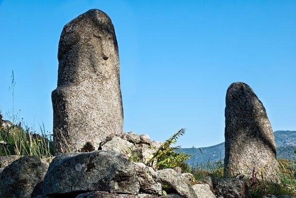 Menhirs sculptés à face d'homme