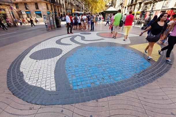 la Rambla de Barcelone et une oeuvre de Miro - © Iakov Filimonov Shutterstock