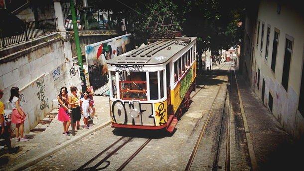 Un quartier de Lisbonne agrémenté par du street art