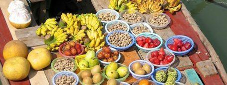 Fruits exotiques sur un marché flottant en Asie