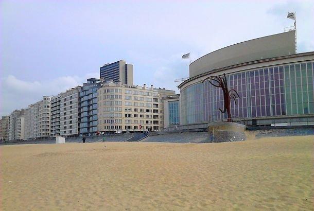 belgique Sur la plage d'Ostende, vue sur le casino - R.Hamon