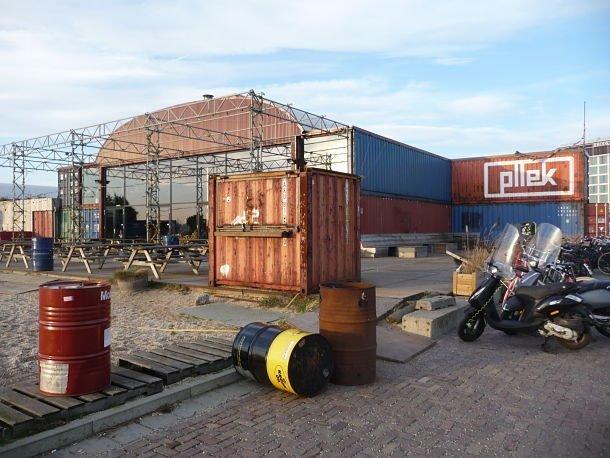 Restaurant Pllek à Amsterdam construit grâce à de vieux conteneurs...vue de l'extérieur