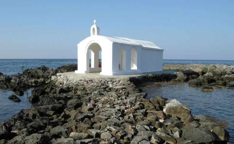 L'église St Nicolas depuis la plage de Georgioupolis, Crète