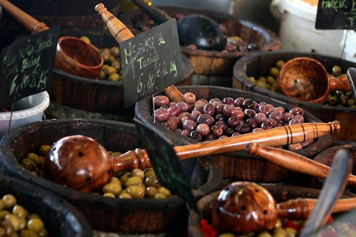 Etalage d'olives au marché d'Ajaccio, Corse