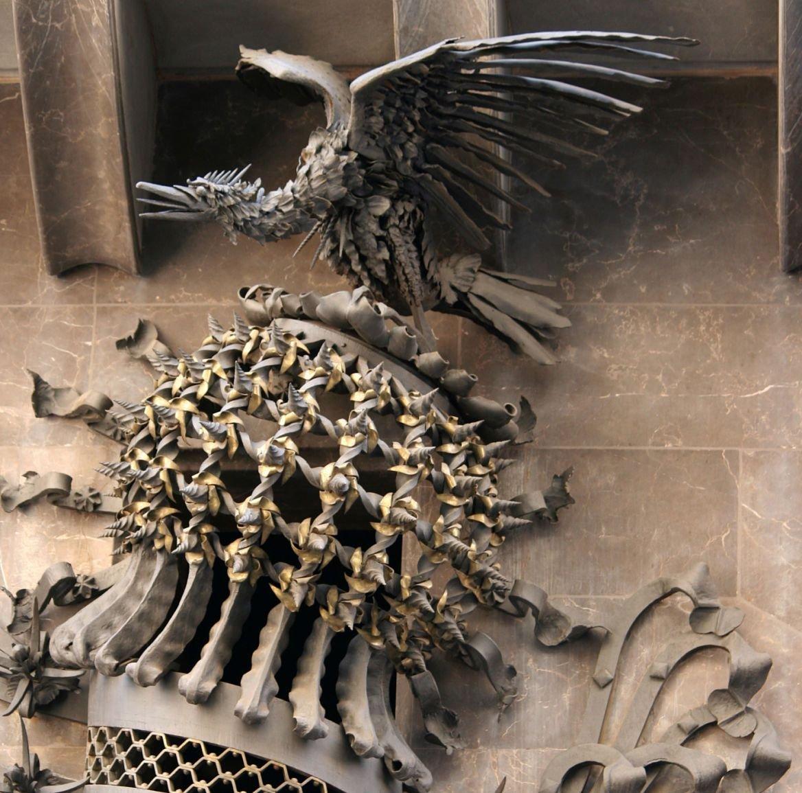 Phoenix au dessus de la porte du palais Guëll de Gaudi, Barcelone, Espagne