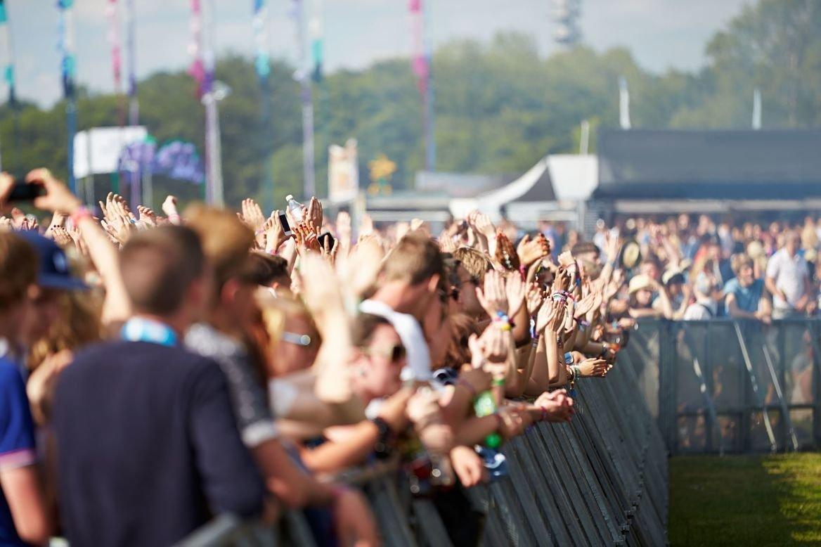 Foule à un festival de musique en plein air