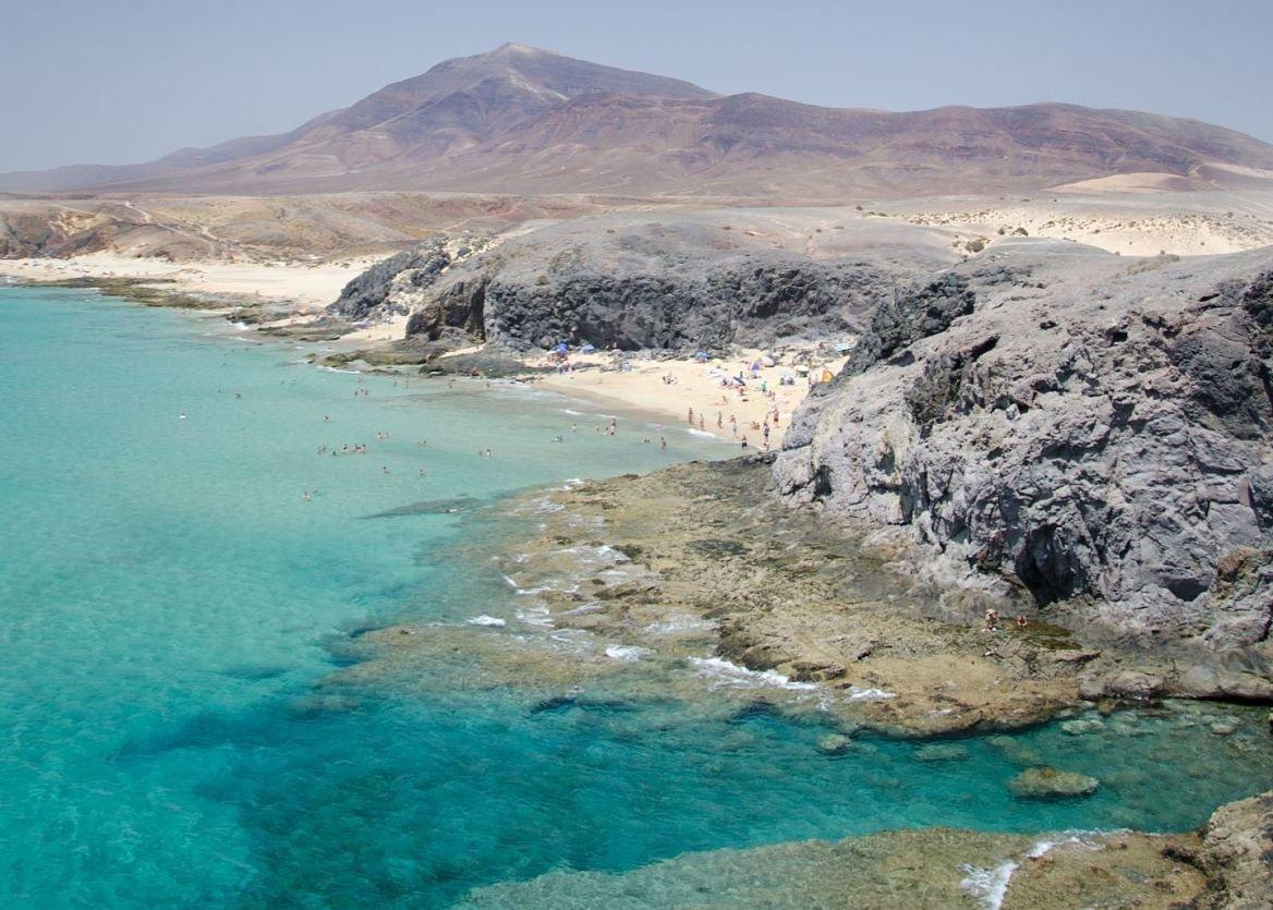 Vue sur Playa Mujeres depuis Playa Papagayo, île de Lanzarote, Canaries, Espagne