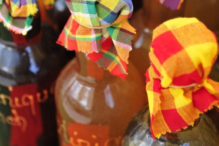 Liqueurs de fruits au marché en Martinique