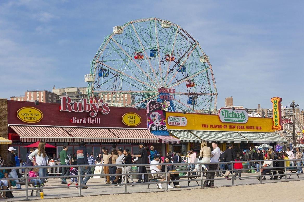 Brighton beach, le Luna Park et la fête foraine le long de la promenade en bois, Coney Island, New York