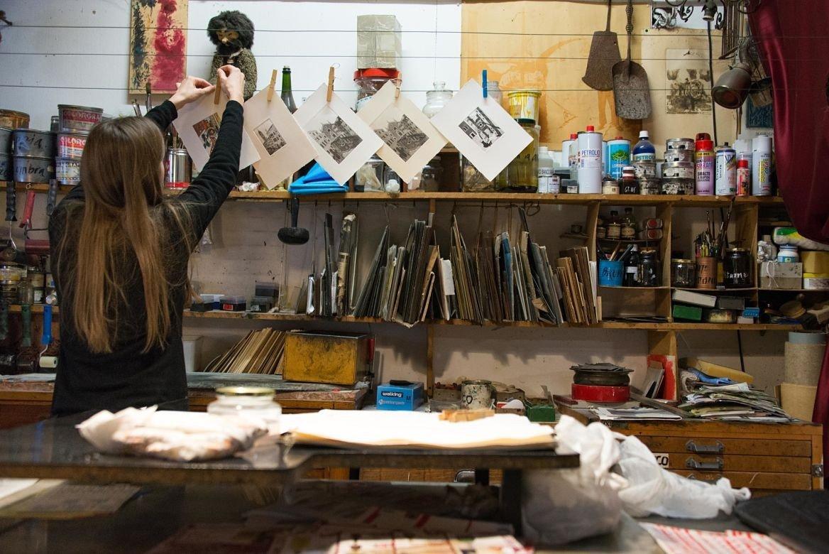 Arianna Sautariello dans son atelier, Venise, Italie