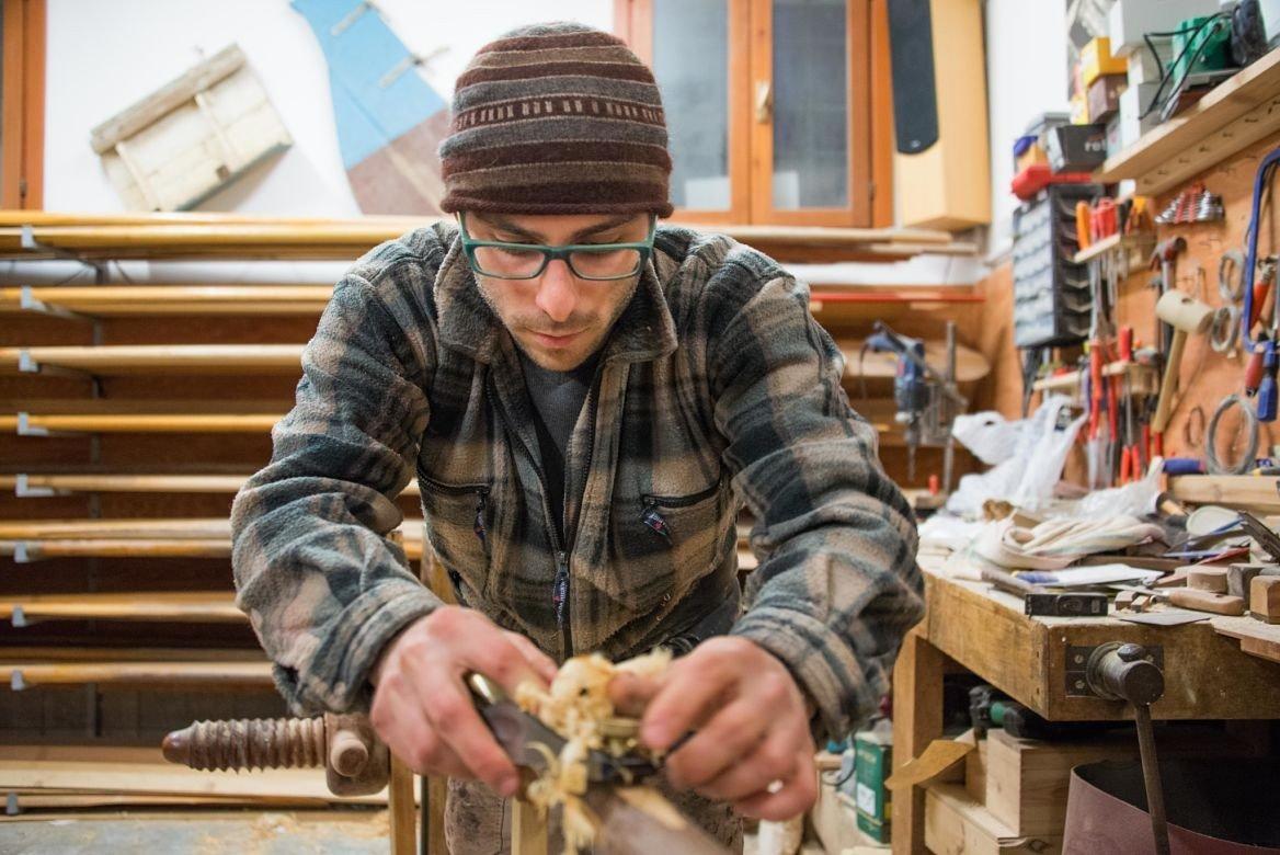 Piero Dri, fabricant de rames vénitiennes, dans son atelier, Venise, Italie