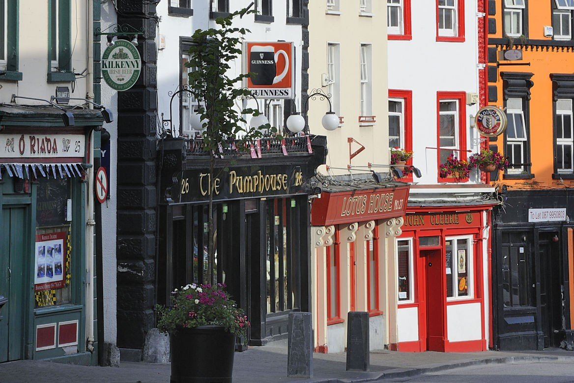 Bars dans une rue irlandaise, Kilkenny, Irlande