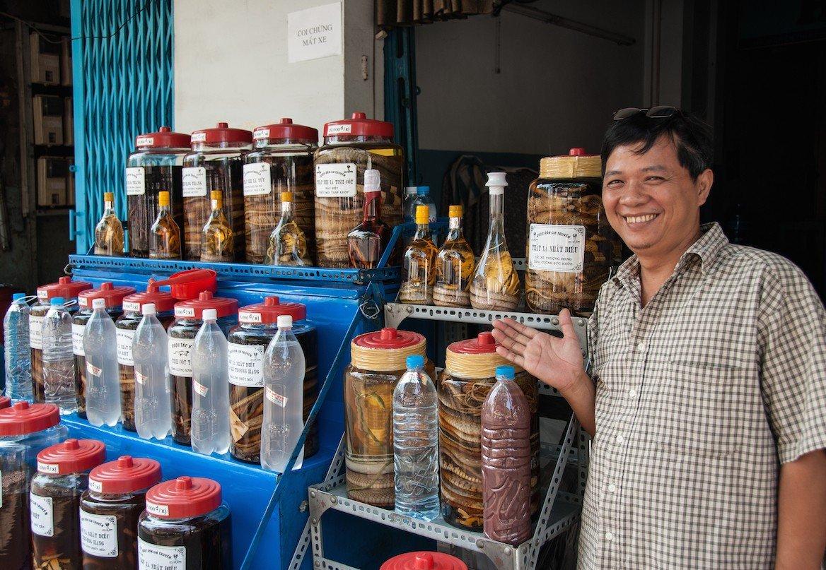 Homme vendant du vin de serpent