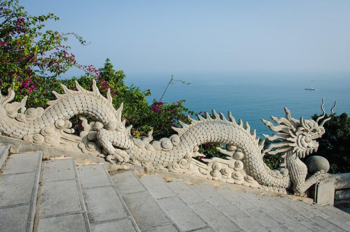 Statue de dragon à Linh Ung, dans les Montagnes de marbre © lembi/shutterstock