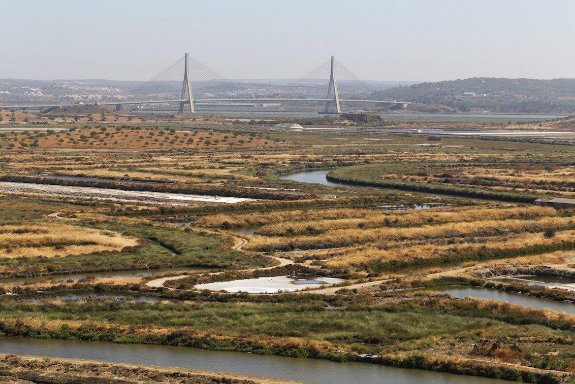 La réserve naturelle de Sapal de Castro Marim et le pont reliant le Portugal à l'Espagne