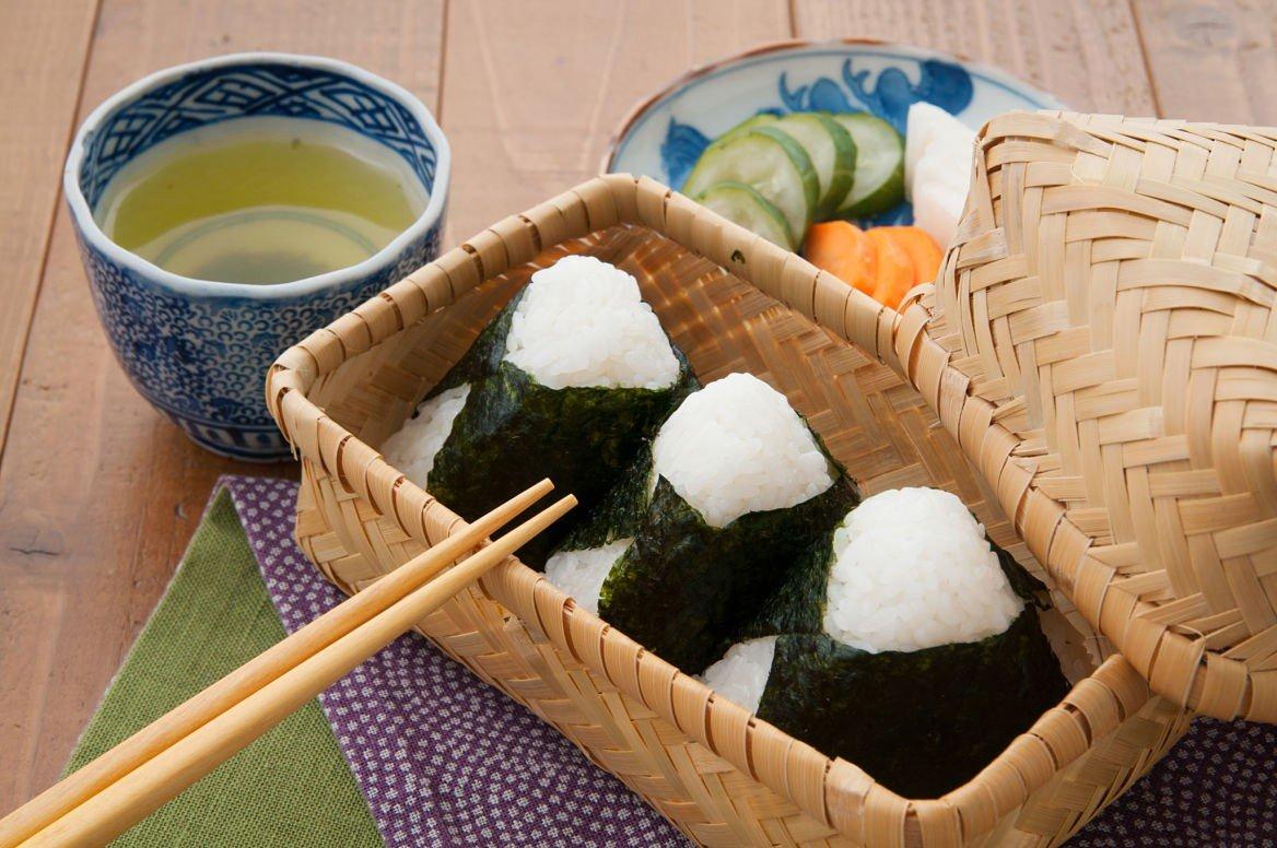 Les onigiris sont confectionnés de la même manière que les sushis