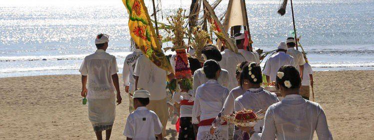 Procession traditionnelle sur la plage, Bali © Anges van der Logt/shutterstock
