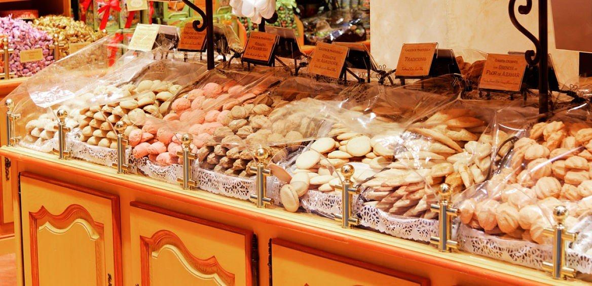 Étal de biscuits dans un marché à Séville