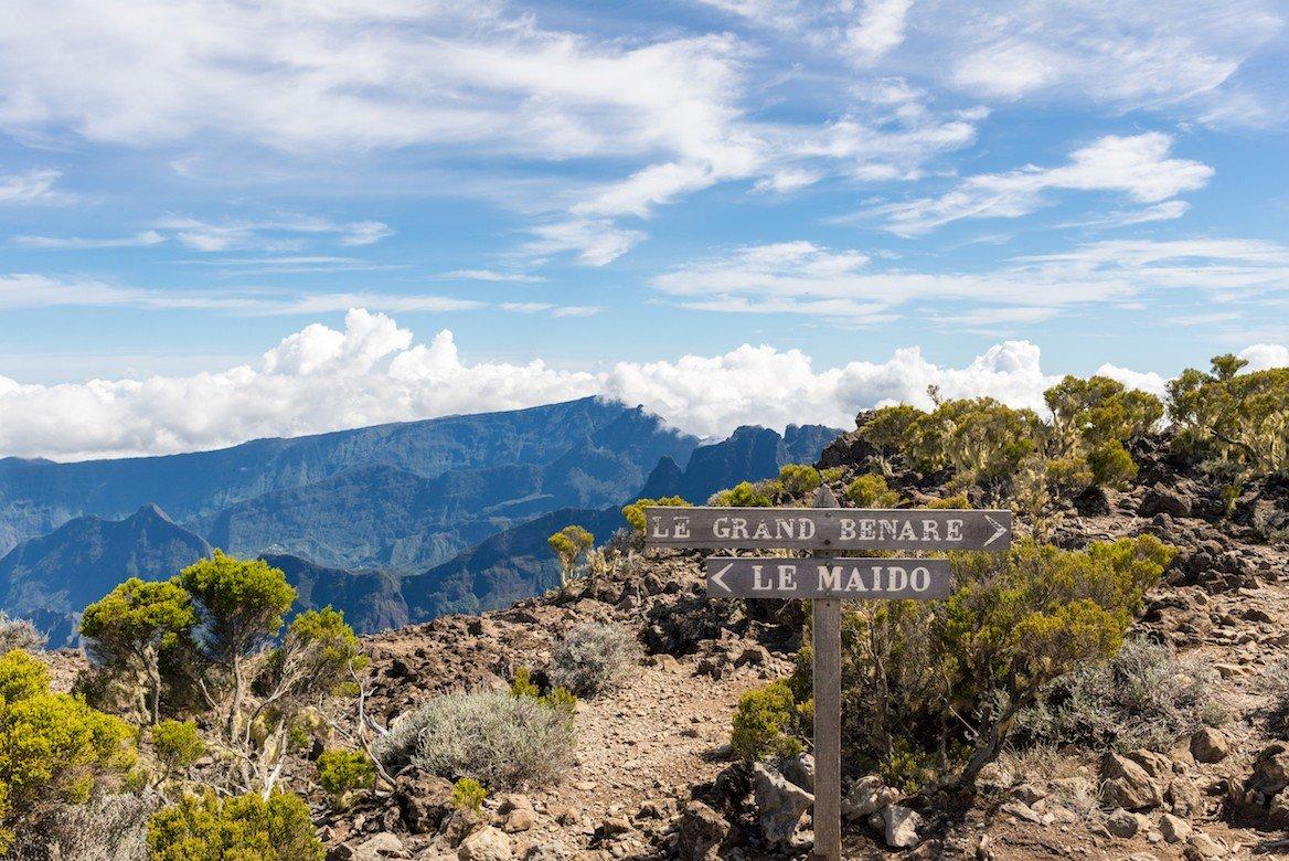 Chemin de randonnée entre le Maïdo, le Grand Bénare et le cirque de Mafate ©bjul/shutterstock