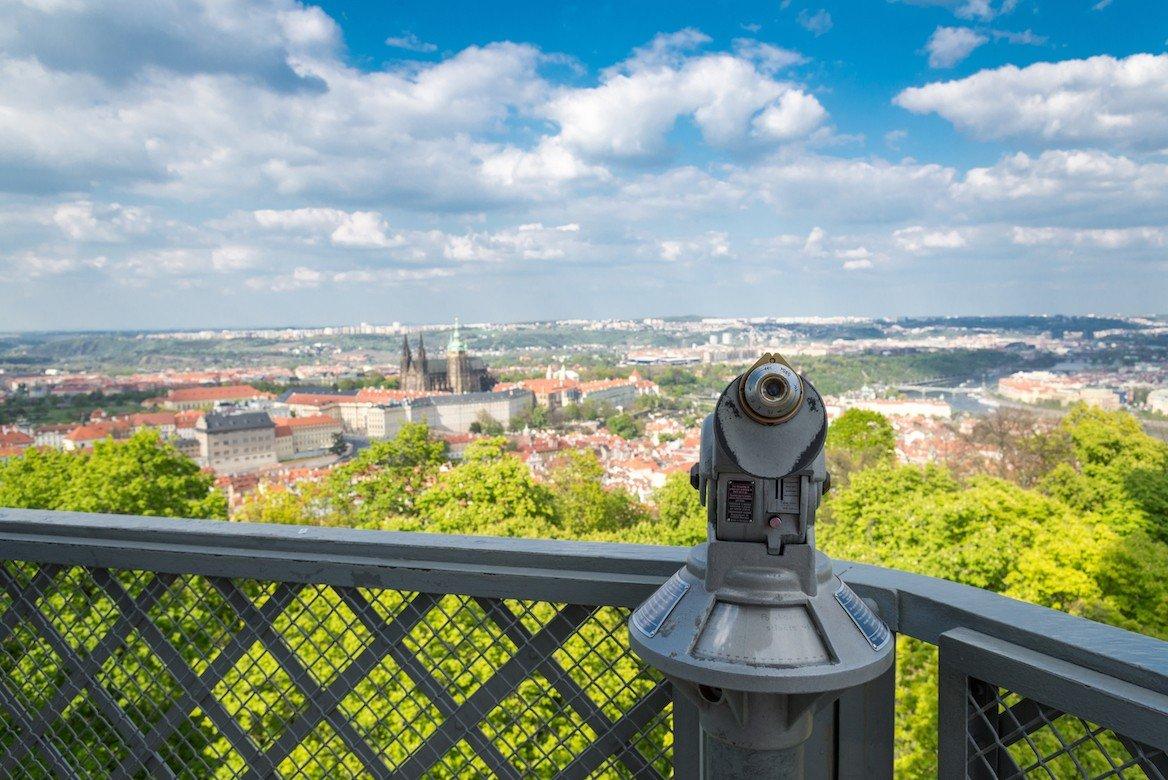 """Vue depuis la """"tour Eiffel"""" sur la colline de Petrin, Prague ©Kusska/Shutterstock"""