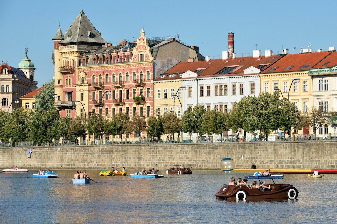 Barques et pédalos sur la Vltava, Prague ©astudio/Shutterstock