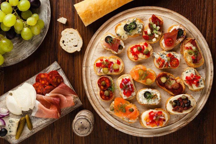 Crostini avec différentes garnitures, plat de Toscane Italie gastronomie specialites culinaires