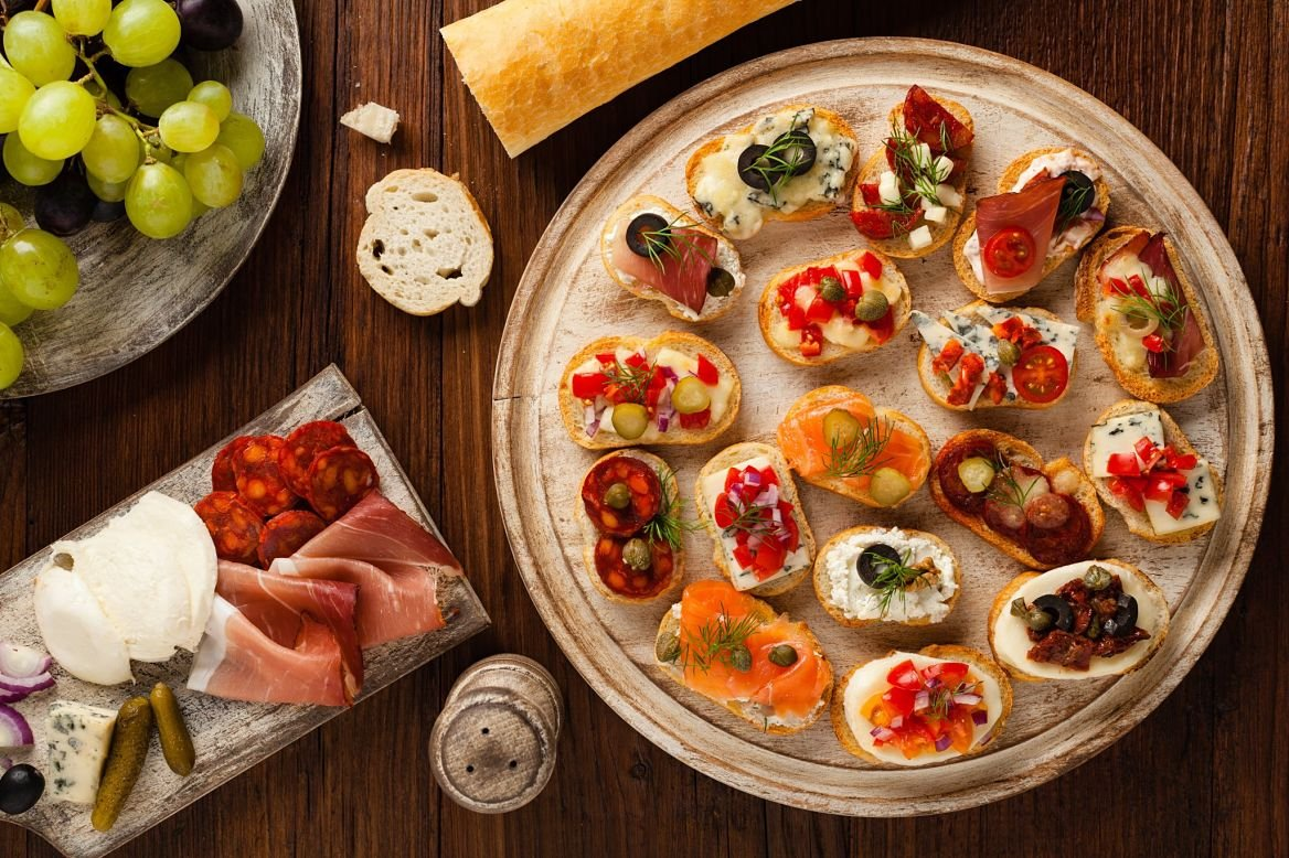 Crostini avec différentes garnitures, plat de Toscane Italie