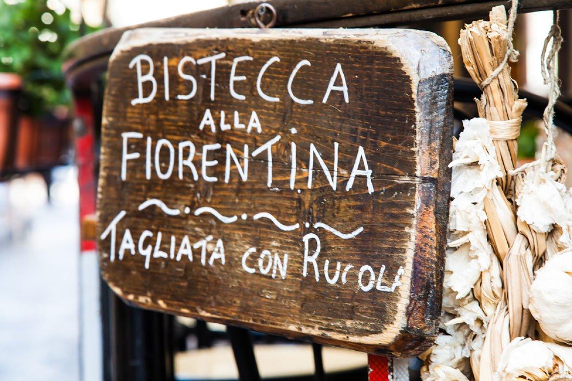 Un morceau de bois avec les mots Bistecca alla Fiorentina