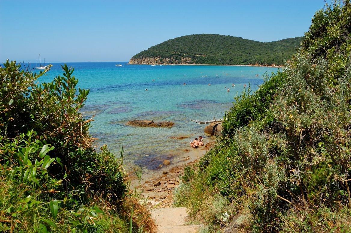 Un chemin vers la plage Cala Violina en Italie