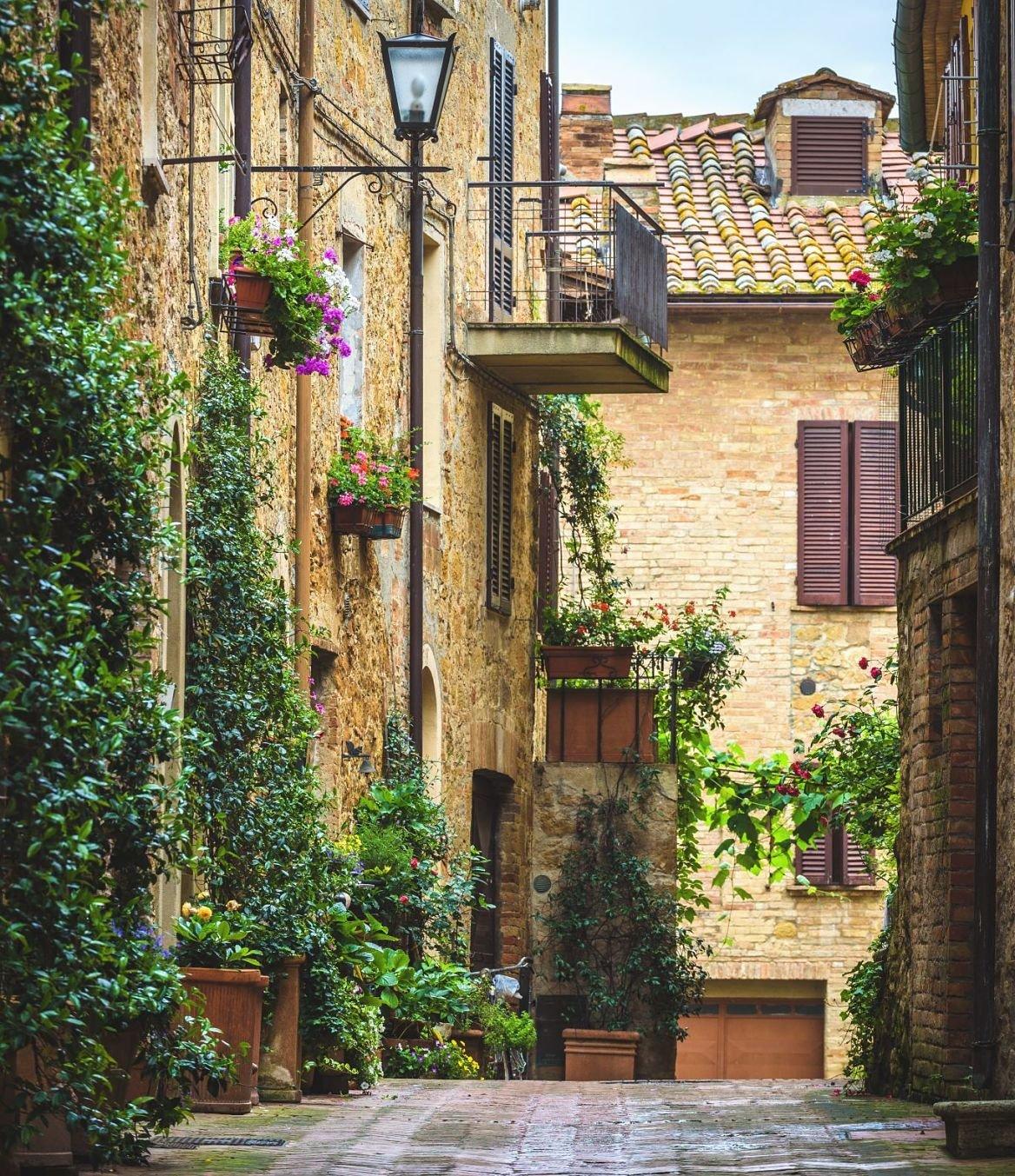 Une ruelle fleurie de Pienza en Toscane, Italie.