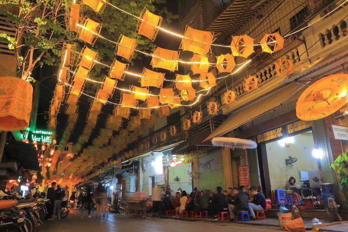 rue-hanoi-vietnam-nuit-bars