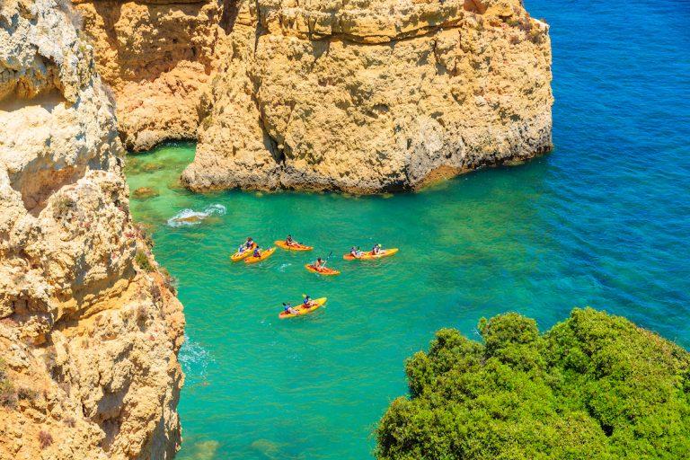 Kayaks sur l'eau turquoise, Ponta da Piedade, ville de Lagos, région d'Algarve, Portugal ©Pawel Kazmierczak/shutterstock