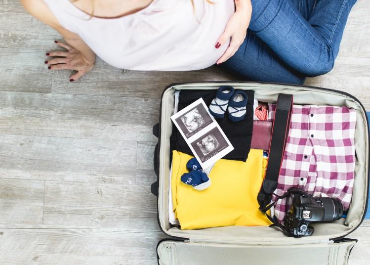 femme enceinte voyage valise