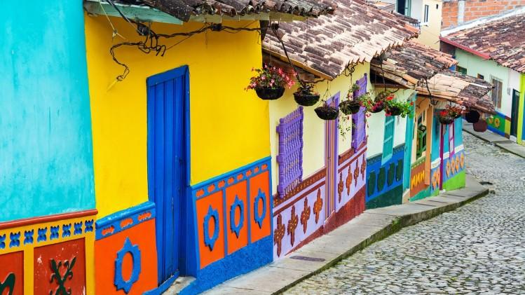 rue maisons colorées bogotà colombie 2018