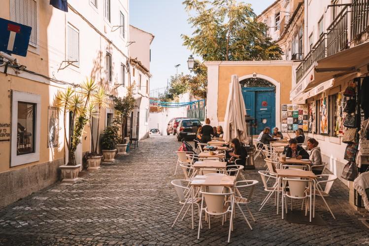 Portugal quartier Afama rue terrasse restaurant fleurs