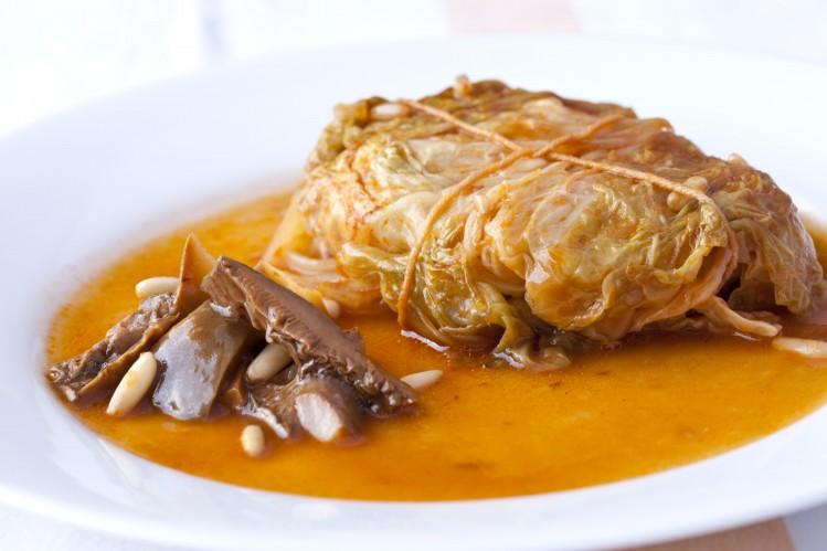 baleares cuisine specialites choux porc raisins secs