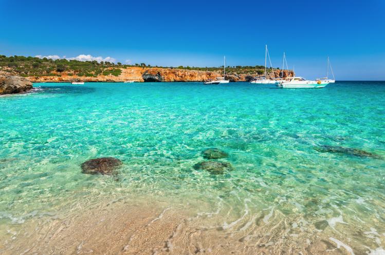 majorque plage top baleares cala varques eau turquoise bateau