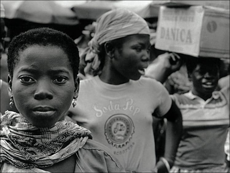 Réussir ses photos de voyage: Ne pas remettre à demain une photo unique... Filles portefaix du Grand Marché de Lomé, Togo, 1999