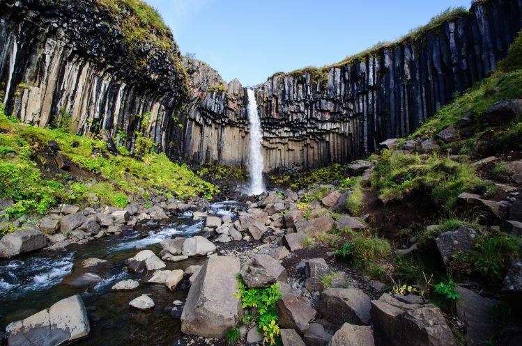 Cascade de Skaftafell, l'un des lieux où randonner en Islande ©Sylvain/Adobetstock