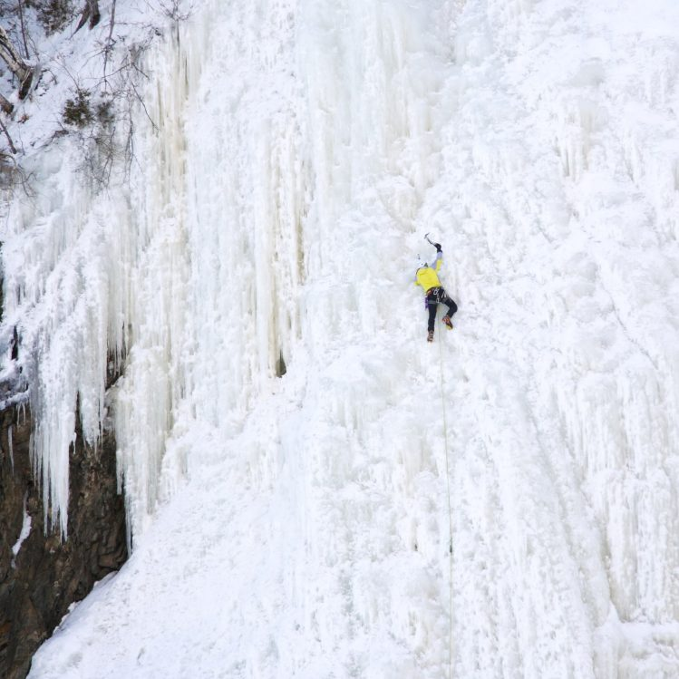 escalade sur glace montmorency quebec insolite