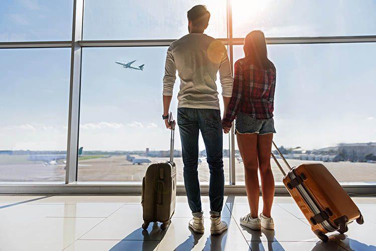 couple aéroport voyage tour du monde