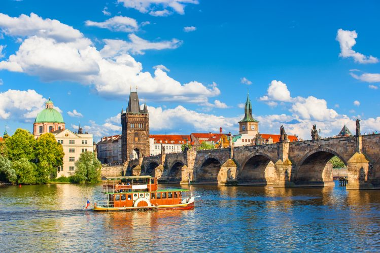 pont charles riviere vltava prague activites canot