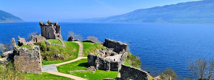 Ruines du château d'Urquhart, Loch Ness ©Jenifoto/Adobe Stock